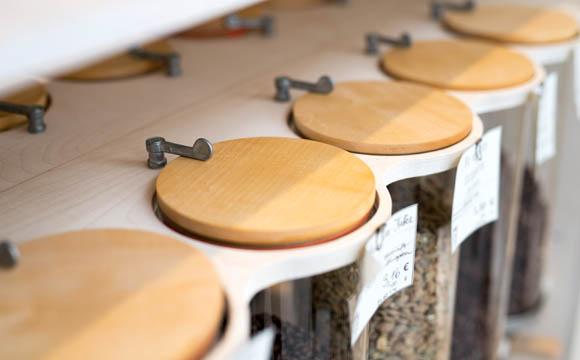 """Backwaren, Kaffeespezialitäten und frische Tagesgerichte gibt es im Bistro, möglichst """"to stay""""."""