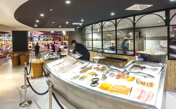 Fischtheke im Einkaufscenter Massen: Hier wird auf Klasse statt Masse gesetzt. Die Frischeabteilungen steuern 20 Prozent zum Gesamtumsatz bei – Tendenz steigend.