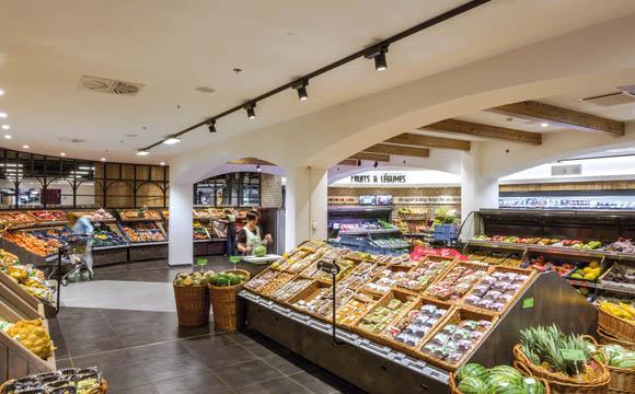 Obst und Gemüse: Etwas abgetrennt von anderen Abteilungen, wird hier ein gewisser Markthallen- Charakter besonders deutlich.