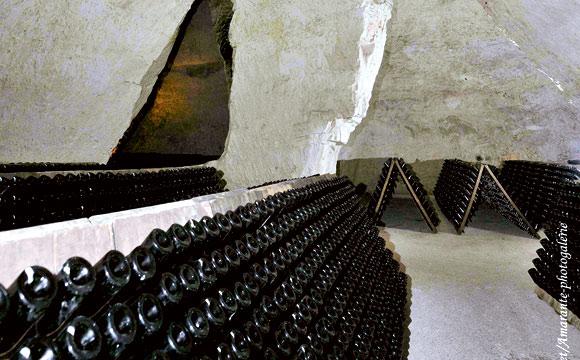 Die Römer haben die unterirdische Kreide als Baumaterial genutzt. Heute bieten die Keller ideale Lagerbedingungen für Champagner. Der Boden schimmert hell – ein Hinweis auf die Kreide.