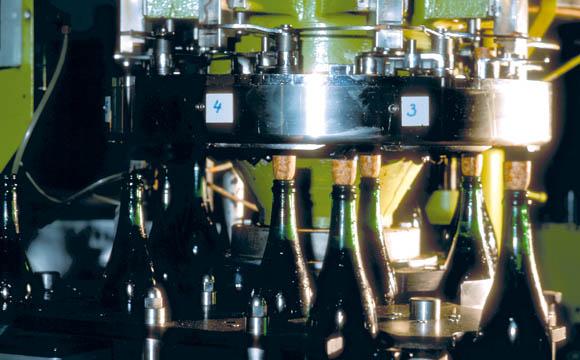 Der Champagner ist trinkfertig und erhält einen Naturkorken.