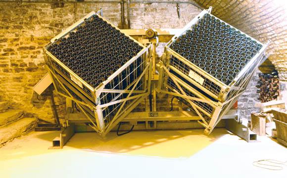 Die anstrengende Arbeit der Rüttler (Bild zuvor) übernehmen mehr und mehr mechanische Rüttelpulte.