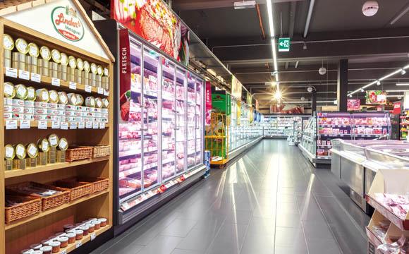 Die Kühlregale mit Molkereiprodukten, SB-Wurst und -Käse sind in Waldkirch verglast.