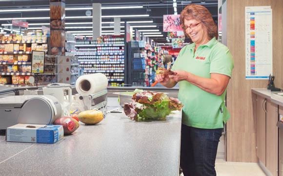 Convenience-Produkte wie Obstschalen und Fruchtquark sowie die Salate für die Salatbar werden in der einsehbaren Schnippelküche direkt im Markt frisch zubereitet.