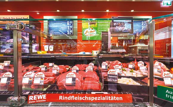 """Beliebt ist das Fleisch der Metzgerei Linder, das es frisch an der Theke sowie in Dosen gibt. Die Tiere, die Linder selbst schlachtet, sind """"um den Kirchturm herum aufgewachsen"""", sagt Dieter Schneider"""