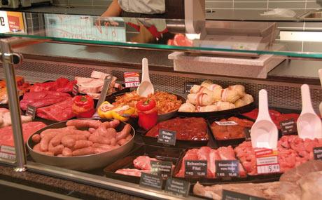 Eigenproduktion: Ein Metzger veredelt Fleischwaren.
