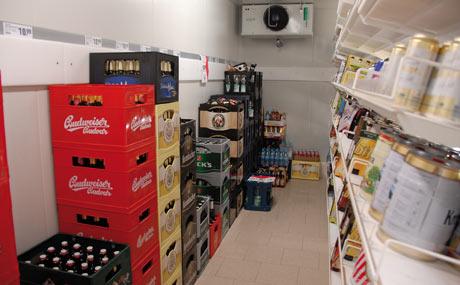 Trinktemperatur: Das begehbare Kühlhaus bietet gekühlte Biere und Softdrinks.