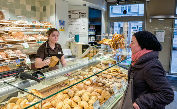 Rasch rein, rasch raus: Kaffee, Brot und Backwaren plus Convenience gleich im Eingang der Filiale.
