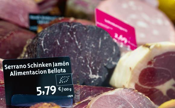 """Frischetheke: Fleisch/Wurst stammen meist aus der eigenen """"Bio Manufaktur Havelland""""."""