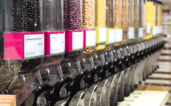 Unverpackt kommt öfter: Getreide, Hülsenfrüchte, Müsli, Nüsse in geschlossenen Spendern.