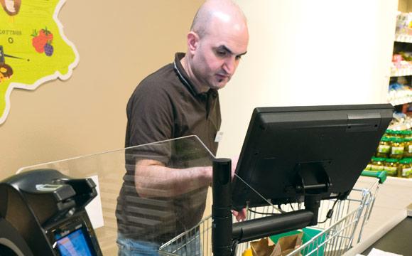 Mitarbeiter Nevzat Ciftci bereitet die Foodsharing- Waren zum Abholen vor.