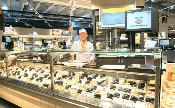 An der Käsetheke, gebaut als Rondell, finden sich hier auch Antipasti und SB-Käse. Ludmilla Doberstein verkauft Käse mit Begeisterung.