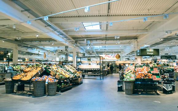 Nachdem die Kunden den Gastronomiebereich am Eingang passiert haben, empfängt sie die großzügige Obst und Gemüseabteilung