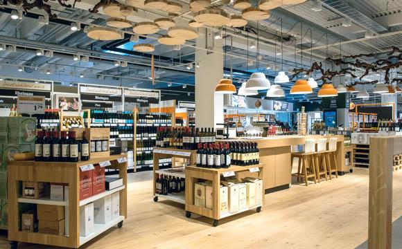 Weinabteilung mit Verkostungszone. Bei Globus ein Kundenmagnet