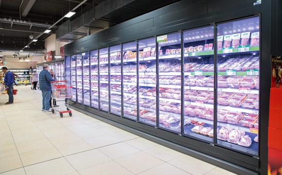 Die Kühlschränke für die SB-Ware sind von hinten beschickbar. Die Kühlkette wird nicht unterbrochen, kein Kunde wird durch Verräumen gestört.