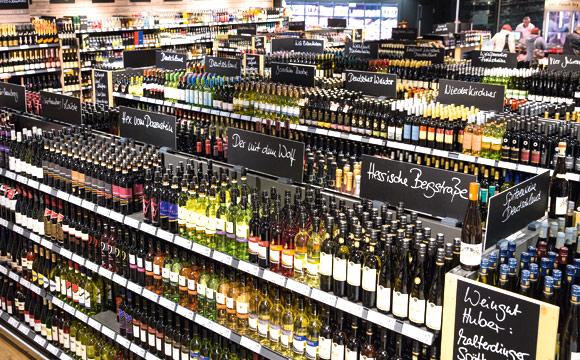 Sehr gut sortierte Weinabteilung. Das freut nicht nur den Sommelier.