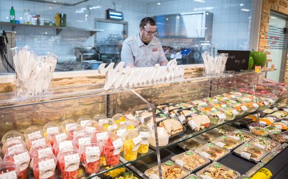 Eigenproduktion ist ein Eckpfeiler des Marktkonzepts beim Rewe-Center in Mannheim Sonthofen (hier die Vitaminbar, vulgo: Schnippelküche). Selbst erzeugte Artikel finden sich in vielen Sortimenten.