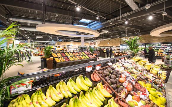 Eine großzügige Obstund Gemüseabteilung schmückt auch das Rewe- Center in Mannheim Sandhofen.
