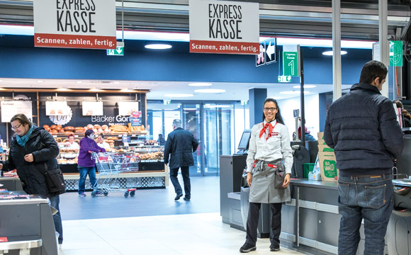 Vier Self-Scanning- Kassen gibt es im Rewe-Center Mannheim- Sandhofen. Sie werden vor allem von jüngeren Kunden bereits sehr gut angenommen. Bei Bedarf wird aber stets auch geholfen.