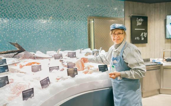 Die einzelnen Abteilungen sind wie Fachgeschäfte angeordnet: Eine davon ist die Frischfischtheke.