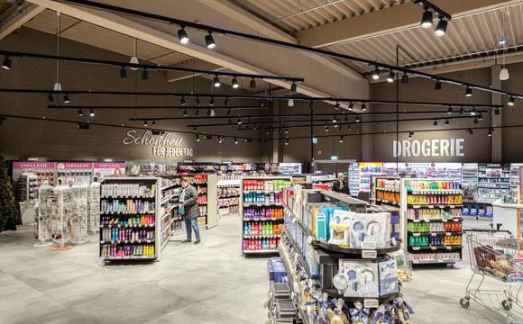 Drogeriewaren sind ganz hinten platziert, um auch dort die Frequenz zu steigern. Der Gestaltung liegt ebenfalls die Shop-in-Shop-Idee zugrunde.