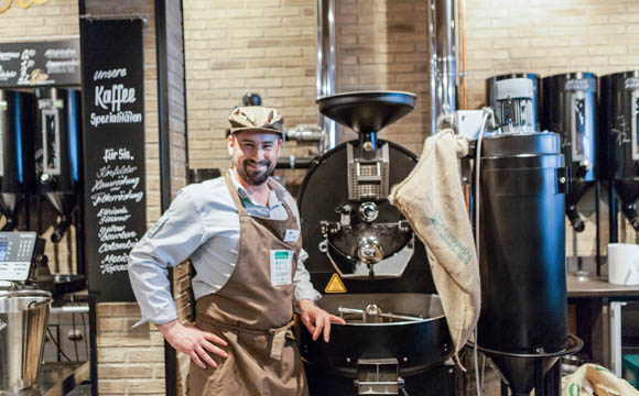 Die Kunden können den Kaffeeröstern bei der Arbeit zusehen. Es gibt zwölf verschiedene Sorten Kaffee, sechs davon in Bio-Qualität,in Papiertüten im eigenen Branding.