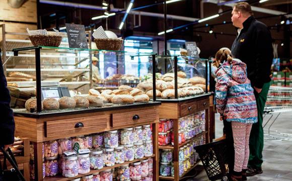 Vor den Augen der Kunden wird frisch gebacken. Auch die Theken sehen aus wie beim Handwerksbäcker.