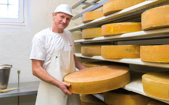 Käsekultur: Vorarlberger Senner käsen noch in Handarbeit.