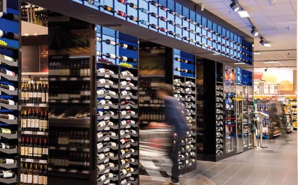 Ein Hingucker ist die Weinabteilung. Sie ist quasi in einer Nische zu finden. Gute Idee: Schubladen zur Liegendplatzierung der Weinflaschen.