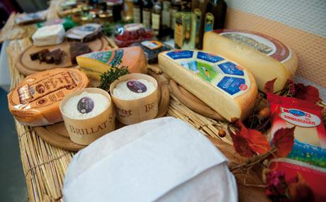 Verlockend: Käse für eine Verkostung ansprechend präsentiert. Im Hintergrund: Gelees, Konfitüren, Öle, Aceto Balsamicos, die man zum Käse reichen kann. (Bildquelle: Hoppen)