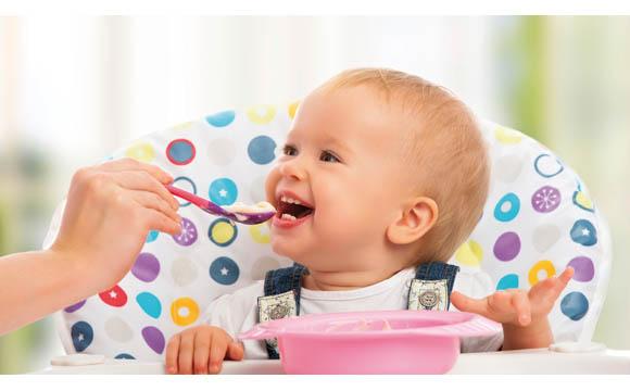Mit etwa 8 bis 9 Monaten kann das Baby im Hochstuhl gefüttert werden und mit der Familie am Tisch sitzen.