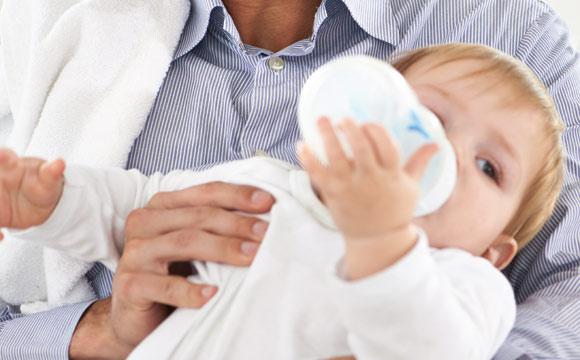 Industriell hergestellte Säuglingsmilchnahrungen unterliegen strengen gesetzlichen Regelungen.