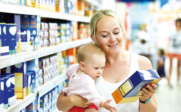 Eltern sind in Sachen Babynahrung sehr markentreu. Deshalb sollten Händler zumindest ein Grundsortiment anbieten.