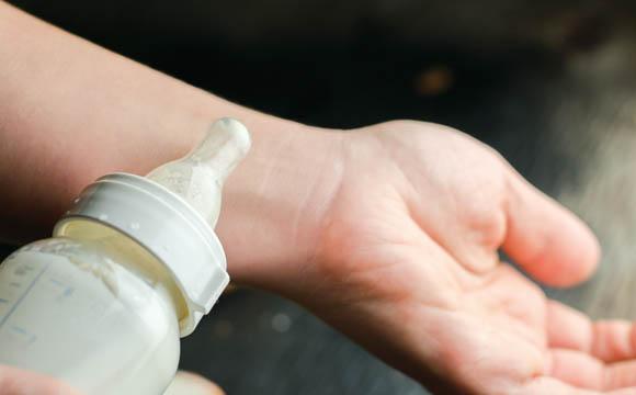 Die Milchtemperatur lässt sich prüfen, indem man ein paar Tropfen auf sein Handgelenk gibt.