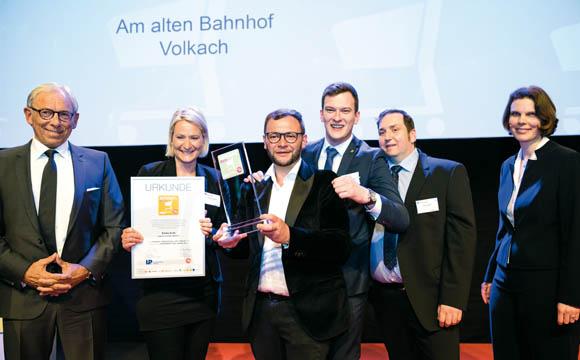 Gewinner - Selbstständige unter 2.000 qm<br /> Am alten Banhof 2, 97332 Volkach<br /> Er kann es noch gar nicht glauben: Christoph Kolb (mit Pokal) ist noch sprachlos, sein Team jubelt schon. Helmut Bröker (l.), Saupiquet, hat zuvor den Pokal überreicht.
