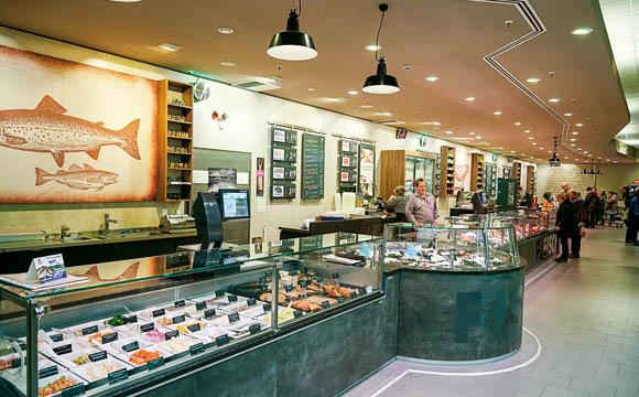 Lange Straße: Im Markt in Aschaffenburg, Lange Straße, testen die Edekaner ein neues Ladendesign in grau-braun und spezielle Sortimentsschilder.