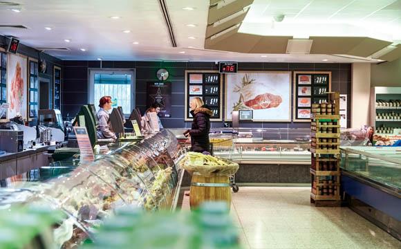 Hösbach: Kunden finden in Hösbach an 17 m Bedientheke eine große Auswahl.