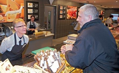 """Käse in Bedienung: Thekenfrau Heike Ganter: """"Schlechte Laune? Das gibt es im Geschäft nicht!"""