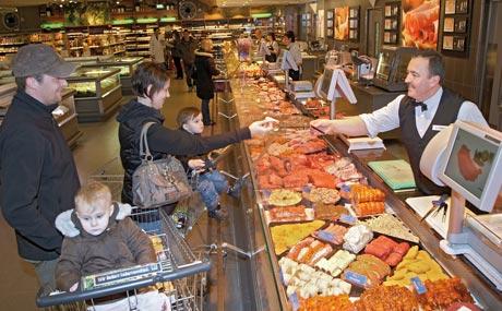 Service: Hermann Fünfgeld hat an der gut bestückten Fleischtheke immer eine Empfehlung für die richtige Zubereitung parat.