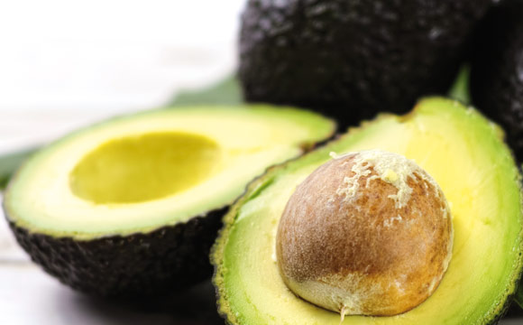 Avocado: Avocados enthalten ungesättigte Fettsäuren, Kalium und Vitamin E und gelten als Mittel gegen Bluthochdruck, hohe Cholesterinwerte und oxidativen Stress.