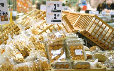Schräger Aufbau: Brot- und Backwaren in Holzkisten und Kartons sind ein Hingucker.