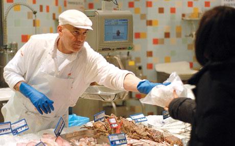 Immer Blickkontakt: Beim Verkaufsgespräch das A und O, gerade bei Fisch-Spezialitäten.