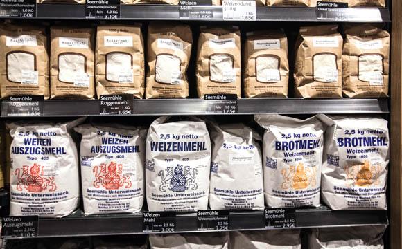 Mehl aus einer regionalen Mühle ist breit platziert. Preiseinstieg spielt keine Rolle.