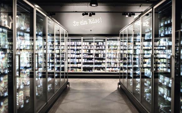 Die hohen TK-Schränke sind für die Kunden laut Bastian Bangemann übersichtlicher als Truhen, das Befüllen sei aber beschwerlicher.