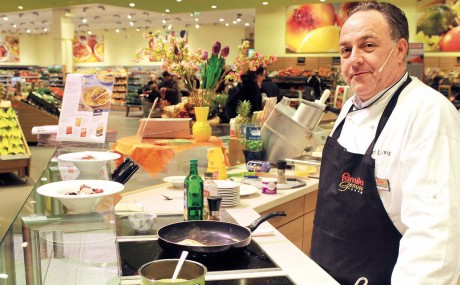 Appetit- und Kaufanregend: In der Show-Küche kochen Profis täglich Gerichte aus der aktuellen Kundenzeitschrift mit Produkten aus dem Markt.