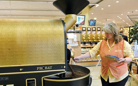 Röstfrisch: Die Kaffeerösterei versorgt andere Bünting-Standorte mit.