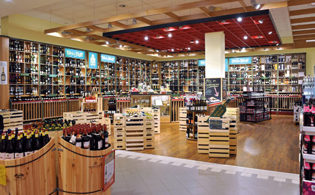 Weinwelt: Grundsortiment und ausgewählte Winzerweine im Shop-in- Shop-Konzept mit Wein Wolf lassen bei rund 2.000 Tropfen kaum Wünsche offen.