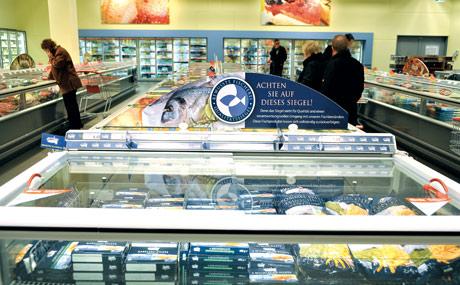 Zeichensetzung: Fischprodukte werden neben dem MSC-Siegel, wo verfügbar, mit einem eigenen Zeichen für nachhaltigen Fischfang ausgestattet.