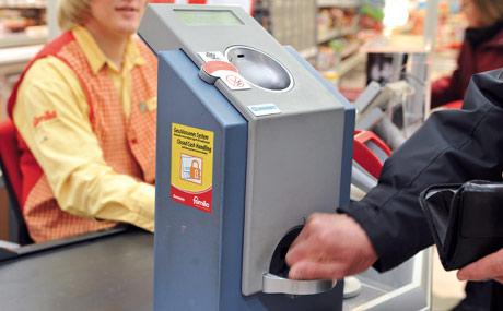 Effizient: Die Kassierer brauchen beim Cash-System kein Wechselgeld mehr in die Hand zu nehmen und auch die Abrechnung entfällt.