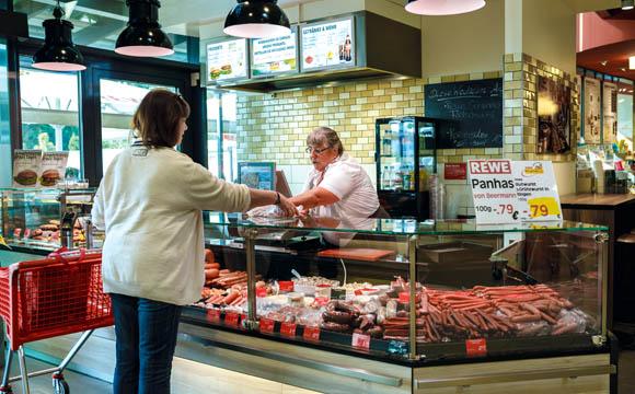 Am Wurstsonderstand im Eingang kommt, wie bei der Fischtheke, das Gros der Kunden zwei Mal vorbei.